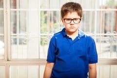 非常生气的小男孩 免版税库存照片