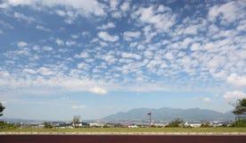 非常秋天美丽的天空 免版税库存图片