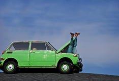 非常突出汽车幽默行程的manequin  免版税库存照片