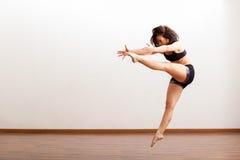 非常精力充沛的爵士乐舞蹈家 库存图片
