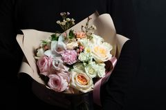 非常精美手工制造花束在卖花人,伟大的礼物,新鲜和整洁,新娘花束的手上 免版税库存照片