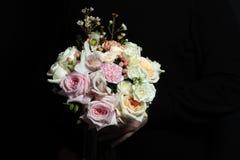 非常精美手工制造花束在卖花人,伟大的礼物,新鲜和整洁,新娘花束的手上 免版税库存图片