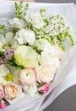 非常精美手工制造花束在女孩卖花人,一个巨大礼物,新和整洁,有趣的梯度的手上 免版税库存照片