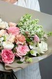 非常精美手工制造花束在女孩卖花人,一个巨大礼物,新和整洁,有趣的梯度的手上 免版税图库摄影