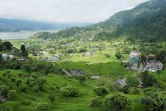 非常绿色山谷的一个小镇 库存照片