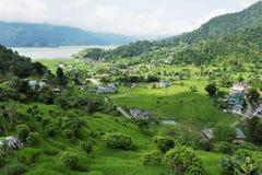 非常绿色山谷的一个小镇 免版税库存图片