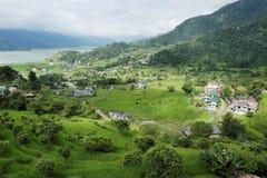 非常绿色山谷的一个小镇 库存图片