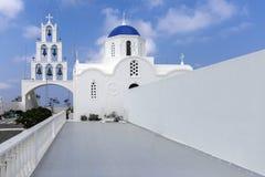 非常美丽的东正教在Karterados在圣托里尼海岛上的  圣托里尼的典型的白色教会 a照片  免版税库存图片