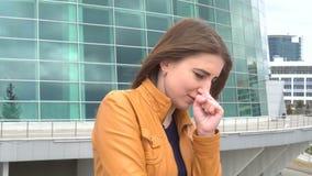 非常美丽的女孩是咳嗽室外在城市 股票视频