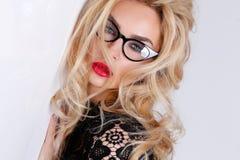 非常美丽的性感的白肤金发的妇女有红色嘴唇的嫉妒的在一种肉欲的发型的 免版税库存图片
