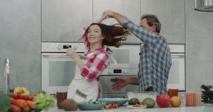 非常美好的成熟夫妇在花费浪漫时间的厨房里,当做dacing的食物和有心情时 4K 影视素材