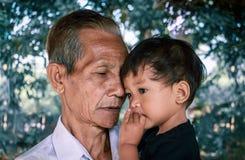非常老人和两岁婴孩 免版税库存图片