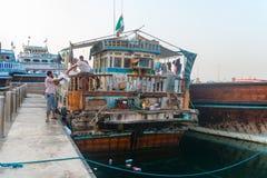 非常老和剥落传统单桅三角帆船木小船 免版税图库摄影