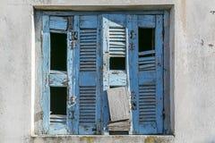 非常老和损坏的蓝色快门 图库摄影