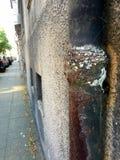 非常老和生锈下来用管道输送在居民住房 免版税库存图片