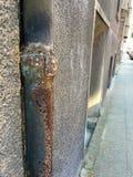 非常老和生锈下来用管道输送在居民住房 库存照片