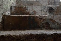 非常老地下室具体台阶背景表面 免版税库存图片