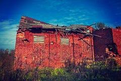 非常老损坏的砖瓦房instagram窗框 免版税库存图片