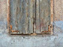 非常老木窗口快门 免版税库存图片