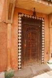 非常老木门到房子里,摩洛哥 免版税库存图片