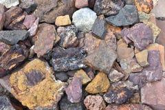 非常老石头五颜六色的自然表面,整个自然石背景 免版税库存图片