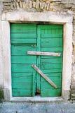 非常老绿色土气木门/住房保险 背景、纹理和材料 库存图片