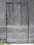 非常老脏的黑褐色门用法语普罗旺斯 免版税库存图片