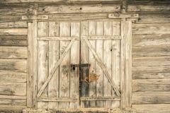 非常老谷仓门在里加,拉脱维亚 库存图片