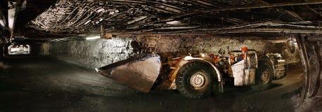 非常规的汽车的人在隧道侧视图 免版税库存图片