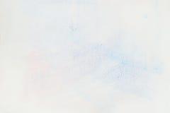 非常软绵绵地在水彩纸白色,纸五谷纹理的手拉的嫩蓝色水彩污点 抽象图象为 免版税库存图片