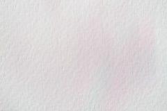 非常软绵绵地在水彩纸白色,纸五谷纹理的手拉的桃红色水彩污点 布局的抽象图象 免版税库存图片