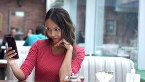 非常采取在咖啡馆的美丽的亚裔少妇selfie 免版税库存图片