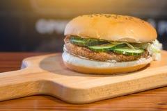 非常鲜美汉堡用一个水多的丸子 库存图片