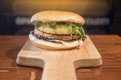 非常鲜美汉堡用一个水多的丸子 图库摄影