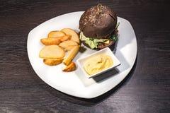 非常鲜美汉堡用一个水多的丸子 免版税库存图片