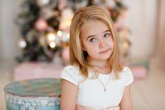 非常说谎在Th的白色礼服的好迷人的小女孩金发碧眼的女人 免版税图库摄影