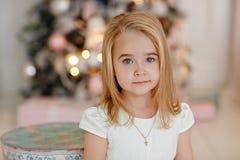 非常说谎在Th的白色礼服的好迷人的小女孩金发碧眼的女人 免版税库存图片