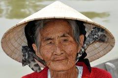 非常从越南的老当地妇女有传统帽子的 库存图片