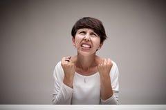 非常翻转发脾气的恼怒的妇女 图库摄影