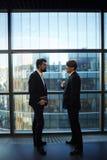 非正式会议在办公室大厅 免版税库存照片