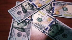非法充实腐败 金钱在桌上下降 100钞票美元 股票视频