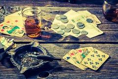 非法啤牌的葡萄酒桌有卡片和金钱的 图库摄影