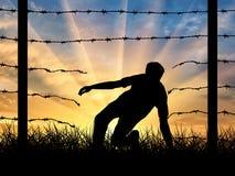 非法地穿过边界难民的剪影 免版税库存照片