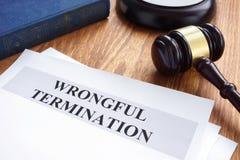 非法的终止 文件和惊堂木 免版税图库摄影