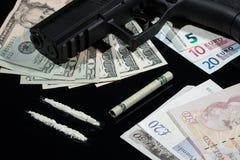 非法药物、金钱和枪 库存照片