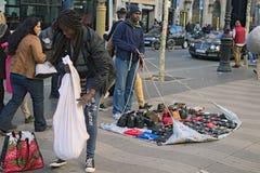 非法贸易在巴塞罗那 因为警察已经关闭,贸易商迅速收集他们的物品 免版税库存图片