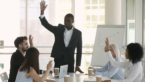 非洲企业教练和举手的公司职员一致投票 股票视频