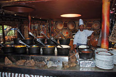 非洲厨师在部族餐馆(南非) 免版税库存照片