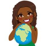 非洲女孩爱恋的地球 免版税图库摄影