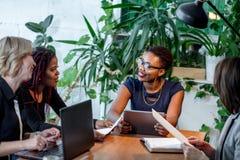 非洲女性她的办公室许诺的好处的经理咨询的妇女 免版税库存照片